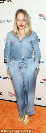 12/05/2016: Jemima était à la première de Under The Guns...Un documentaire sur les armes à feu apparement ... On la voit ici en compagnie deKatie Couric (au centre) qui est la narratrice du film et Stephanie Soechtig que je ne connait pas XD Niveau tenue BOF les bordures rouge donne un air vieux pyjama et le coté délavé me dérange un peu mais comme d'habitude avec Jemima je me dis que j'aime plutôt bien la tenue mais que je changerai bien un petit quelques choses... mais les combis j'approuve, j'adore, j'adhère.