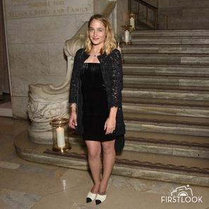02/06/2016: Jemima était à un événement Chanel à NYC pour des bijoux. J'aime beaucoup sa tenue bien qu'elle soit très sombre. Par contre bémol pour les chaussures j'suis pas fan des bouts pointues ... Elle était accompagnée de son amie et co-star dans Girls Allison Williams.