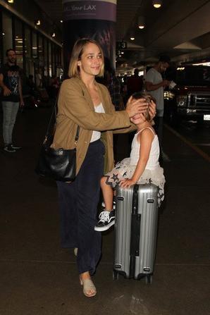 29/08/2016: Jemima (qui a encore coupée ses cheveux) et sa petite famille ont été vu à LAX l'aéroport de Los Angeles. Trop chou comment elle protège sa fille des flashs des paparazzis, un vrai coup de coeur.
