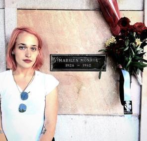 """17/10/2016: Jemima était sur la """"tombe"""" de la grande Marilyn Monroe. J'adore ces deux photos et la nouvelle couleur de Jem est superbe."""
