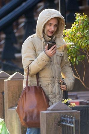 16/01/2017: Les premières photos de Jemima de cette année seront celles des paparazzis... Jem a été vu près de chez elle à Brooklyn (où il a l'air de faire bien froid aussi) sortir les poubelles ou trimballer je ne sais quoi... bref rien de très intéressant en soit ...