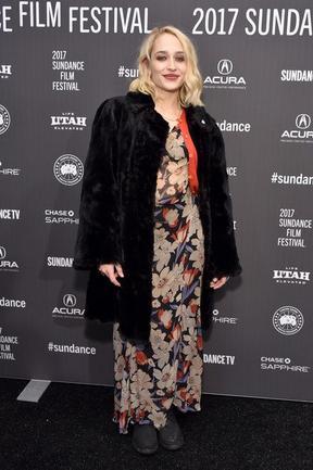 19/01/2017: Jemima était comme prévu au Sundance film festival avec tout le cast de The Little Hours pour défendre le film. Niveau tenue j'ai un peu de mal ... j'ai jamais aimé les grosses fleurs et je trouve le maquillage trop chargé mais j'aime bien le côté 90's du look.