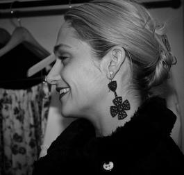 10/02/2017: Jemima était à la fashion week new yorkaise pour voir le défiler Club Monaco. j'aime plutôt bien sa tenue sauf ses chaussures (dorées, à pompons et pointues tous ce que je n'aime pas...)