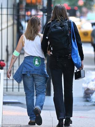 03/07/2017: Jemima a été vu en compagnie du chanteur Alex Cameron apparemment c'est pour un projet (surement un clip ?) d'ou la coupe de cheveux similaire. J'ai hâte d'en savoir plus.