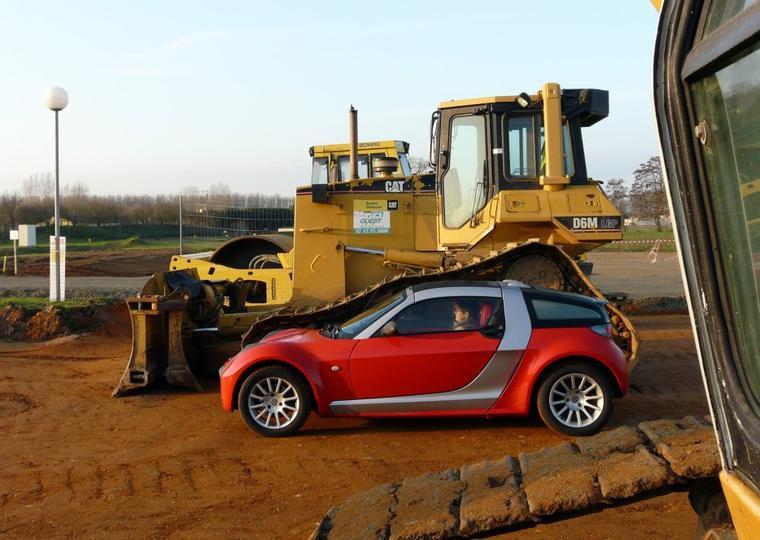 Le Roadster à coté de véhicules bizarres