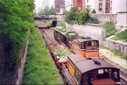 Voici 2 Y8000, l' un avec un wagon aspirateur et l' autre avec un wagon plat ! cette photo a ete prise sur la petite ceinture en 1998, Bd d' Orano.