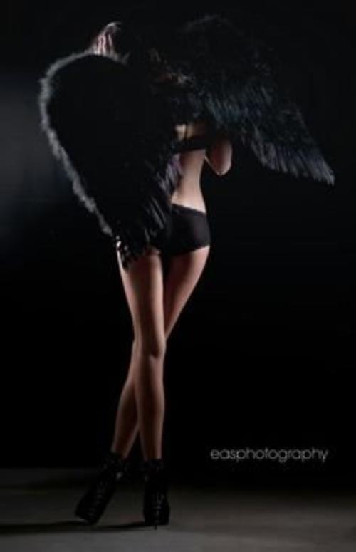Comme un ange noir tombé du ciel tu survoles les chagrins d'autrui.....(Moi)