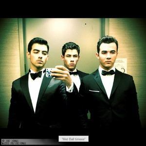 retour avec quelque photo pour vous de Joe , et jonas en tout . :) désole encore pour mon absentéisme , ( Info : les Jonas vont refaire un album ( info ou intox ? ) )
