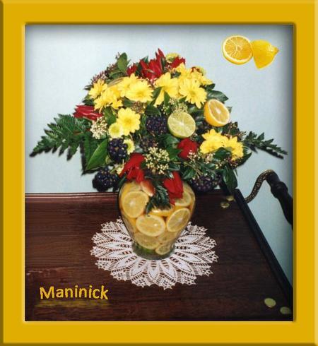 Bouquet lié à la main dans vase avec citrons