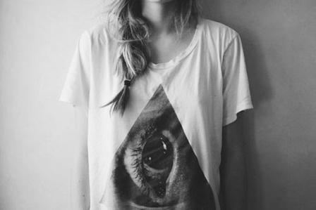 Admire la personne qui te critique, car prisonnière de sa propre jalousie, elle ne fait que t'admirer..
