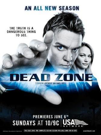 « J'avais une vie parfaite jusqu'à ce que je me retrouve dans le coma pendant six ans. Quand je me suis réveillé, j'ai découvert que ma fiancée était mariée à un autre homme. Mon fils ignore qui je suis. Tout a changé, y compris moi. Un seul contact et je vois des choses, des choses qui se sont passées, des choses qui vont se passer. Vous devriez voir ce que je vois ! »  Dead Zone ♥