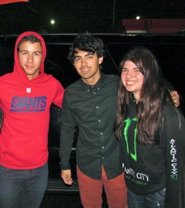 Nick, Joe &  Kevin posant avec des fans + Les Jonas Brothers en répétitions
