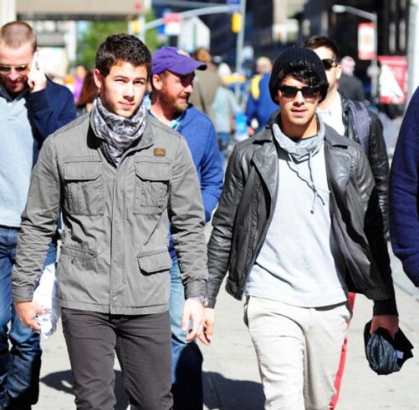 13.10.2012 Joe  & Nick ainsi que le frère de Danielle Mike dans les rues de New-York