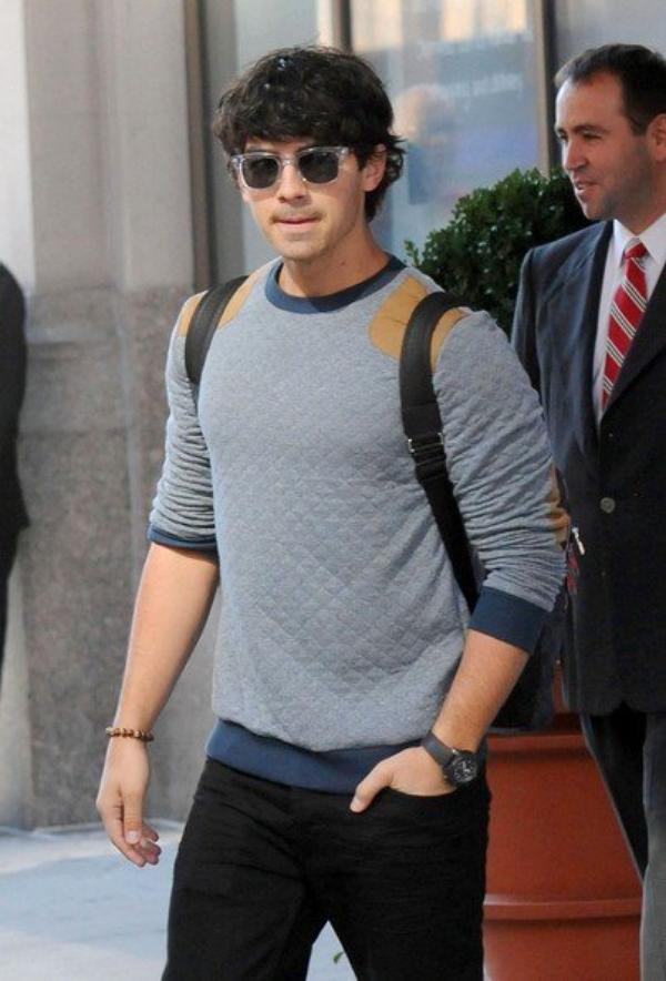 16.10.2012 Les Jonas Brothers quittent les Etats-Unis pour rejoindre Manille, aux Philippines, où aura lieu, vendredi 19 octobre, le premier concert de leur tournée en Asie