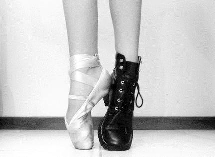 «Rock'n'roll endiablé, salsa relevée, tango sensuel, valse féerique, ballet classique ou slow romantique, en tutu ou en robe longue, la danse traverse les siècles... A chacun son tempo.»