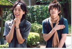 """Le drama culte qui, après l'avoir vu, donne à (presque) toutes les filles le rêve de se travestir et d'entrer à Osaka Gakuen pour être entourée d'ikemen et partager sa chambre avec l'un d'eux. èwè"""" Un cris de guerre ? """"BABY !!!!"""" *fait le truc avec les bras*"""