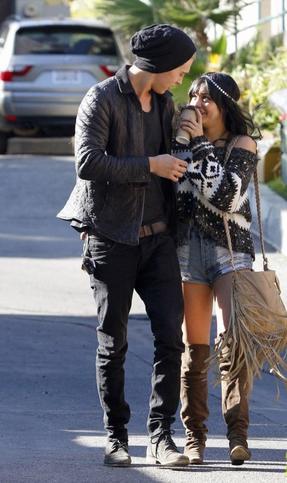 03/12/2011 : Vanessa et son boyfriend, Austin, sont allés manger à Burban + INFO'S NESSA.