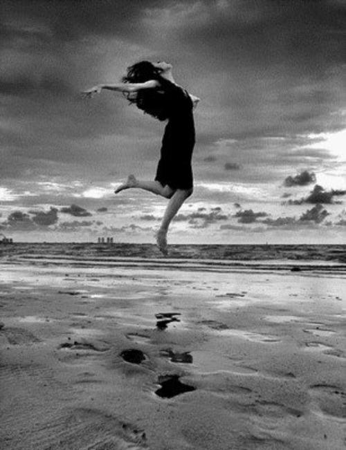 Je ne crois pas au destin, mais je suis mon chemin, en créant des liens... Je ne connais pas le plaisir, je suis simplement mon désir, pour enfin sourire...