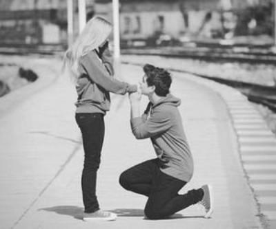 Comment te dire que il n'y a que toi, que toi qui compte pour moi, surtout que pour toi, je n'existe pas, il y a elle, elle qui est si importante pour toi, et moi tu ne me vois pas..