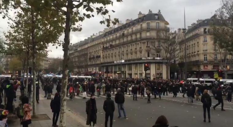 Heurts entre policiers et manifestants à Paris, place de la République