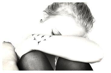 - Tout s'écroule toujours. Tout fini par prendre fin et par faire mal. Tout est moins beau, moins grand, tout devient mois précieux et moins cher.Tout et surtout l'Amour -