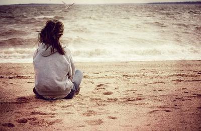 """""""Pitoyable. Cette fille attend juste un regard, une attention de sa part et lui il ne fait rien, ne voit rien, n'est au courant de rien. Elle, elle le voit chaque jour, le remarque, le regarde, l'attend. Lui ne fait rien de spécial il vit juste sa vie normalement. Alors qu'elle vit sa vie en fonction de la sienne.."""""""