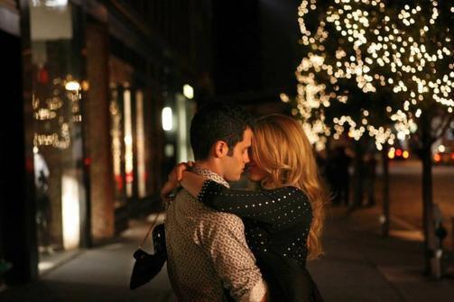 """""""Et si tu m'aimes, serre-moi fort dans tes bras. Est-ce qu'on ne s'embrasse pas, pour une dernière fois. """""""