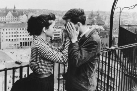 """"""" C'est comme ça qu'on voit si on se plaît avec une personne, quand on peut se taire tout à fait, au moins une minute et profiter du silence."""""""