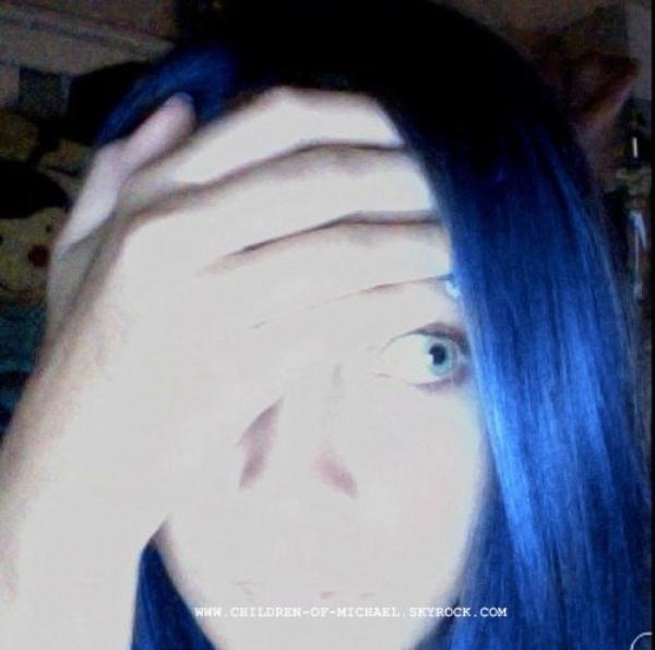 Paris Avec ces cheveux bleus et un collier d'une licorne // Sahra