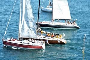 Les voiliers attendent d'être au large pour ouvrir leurs voiles