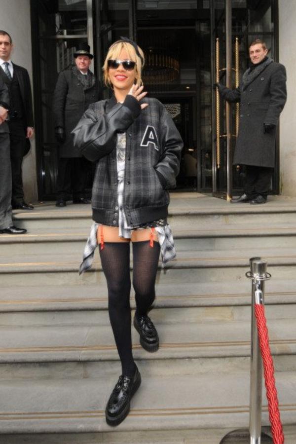 Rihanna en porte-jarretelles dans les rues de Londres