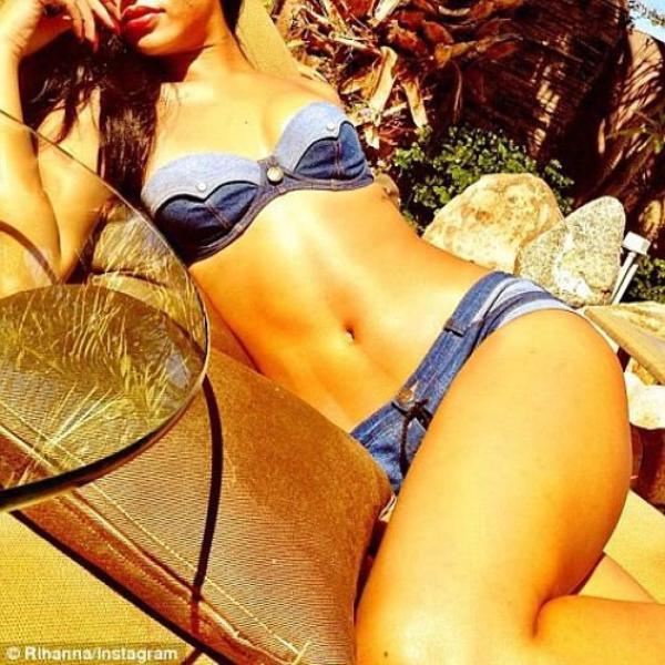 Rihanna exhibe son corps parfait en mini Bikini