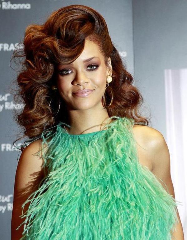 Extravagante et provocante, Rihanna décoiffe — Avec une nouvelle coiffure presque chaque semaine, la chanteuse originaire de la Barbade en fiche plein la vue à ses fans. Ses tifs sont bien son fonds de commerce.
