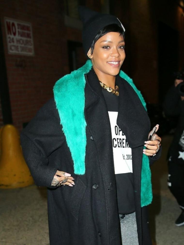 RIHANNA FAIT DE SON APPART'... UN PLACARD (DE LUXE)                                Rihanna Hit In The Face By A Door