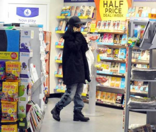 Chris Brown derrière les barreaux Le chanteur a été placé en détention pour violation de sa mise à l'épreuve.  ,   Rihanna se promène dans les kiosques à Journaux