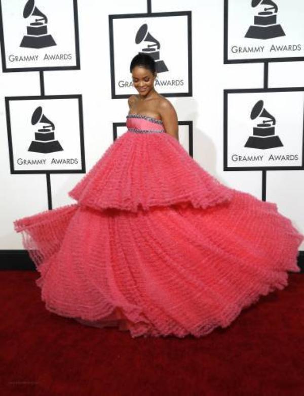 La robe de Rihanna aux Grammys 2015 n'en finit pas d'inspirer les internautes