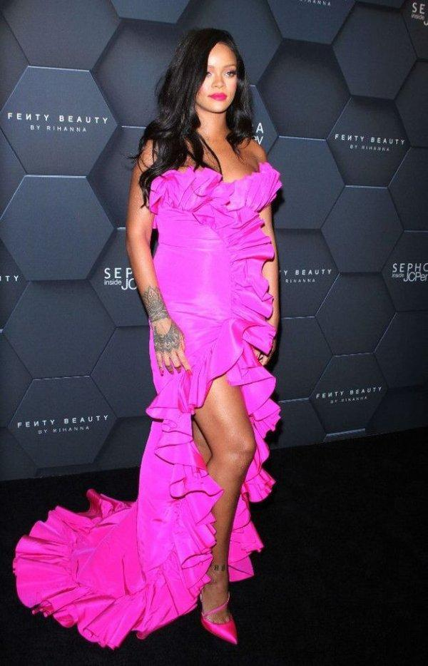 Rihanna toute  en fushia . Declaration de dadju a Rihanna