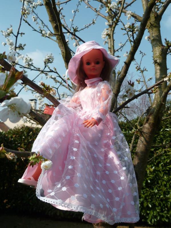Cathie se repose dans le cerisier fleuri