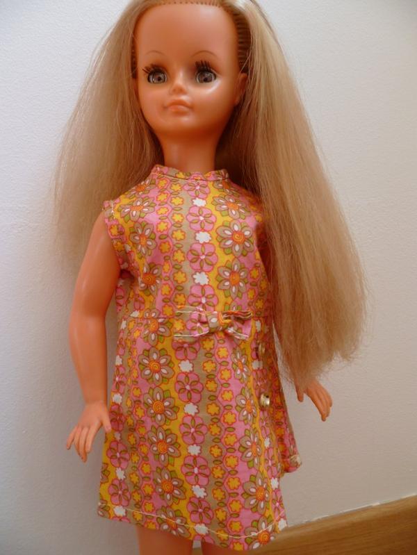 Cathie jambes raides.Tenue Drugstore 1968