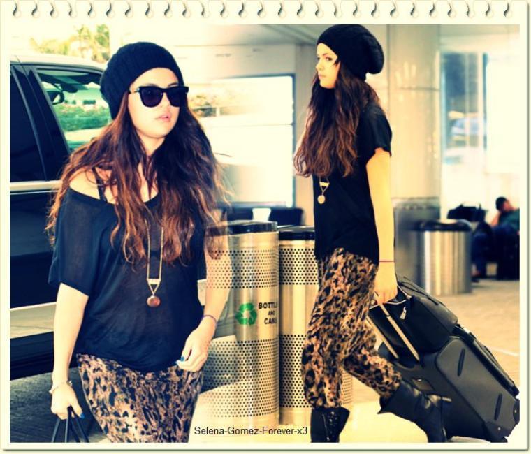 20/10 Candid Selena a était vu a l'aéroport de Lax a Los Angeles . Selena etant avec Justin elle ne sort pas beaucoup malheureusement . + Selena a adopté un petit Rongeur In ou Out
