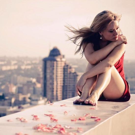 ♥ C'est dur de voir les personnes que tu connais devenir des personnes de tu connaissais. De voir quelqu'un passer a coté de toi sans te parler en sachant qu'il a déjà été une grosse partie de ta vie. De savoir que tu pouvais lui parler pendant des heures et que maintenant tu oses à peine le regarder. En fait, c'est ...dur de voir à quel point les choses peuvent changer ♥