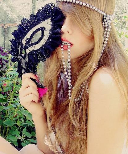 ♥ La réalité est un bal masqué où chacun cache sa vrai nature et la dévoile par le choix de son masque. [Ralph Waldo EMERSON] ♥