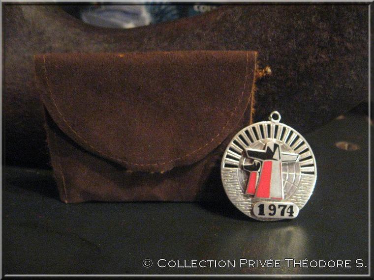 Médaille ou pendentif  Autour du Monde 1974