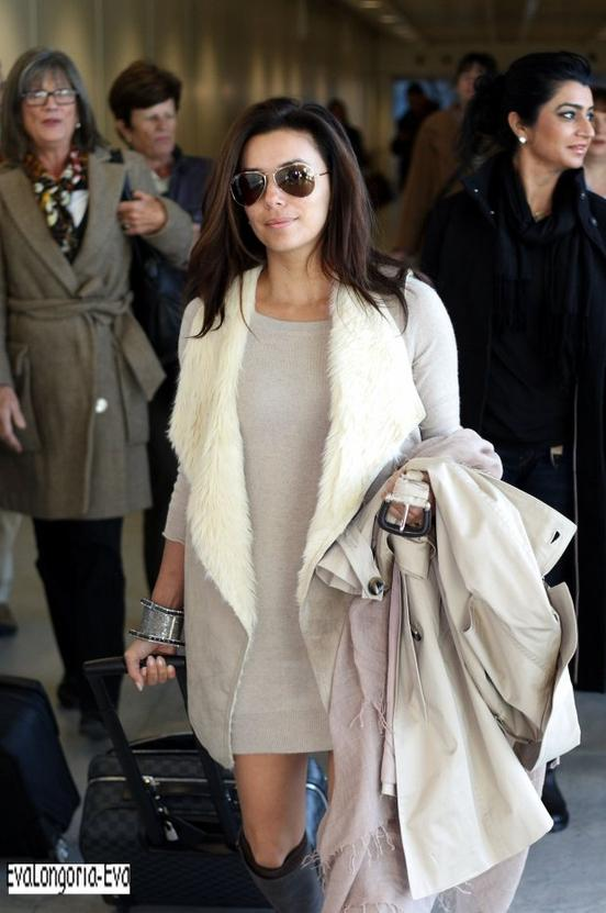 09/12/11 : Eva longoria &Edouardo Cruz ont étaient vues arrivant à l'aéroport de Londres  ( Oui il fait froid eva ) Commentaire de son facebook //