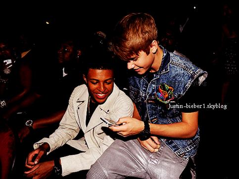 ~•~•~•~•~~•~•~•~•~~•~•~•~•~~•~•~•~•~~•~•~•~•~~•~•~•~•~•~•~•~~•~•~•~••~•~~~•~•~•~•~~•~•~•~•~~~•~•~•~•~~•~•~•~•~~•~•~•~   Justin arrivant à l'aéroport de Los Angeles hier. Je vous rappelle que Justin se rendera aux BET Awards hier soir:     ↓