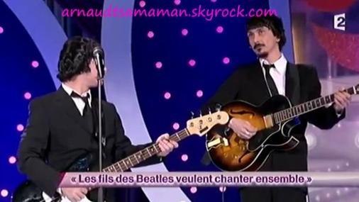 Arnaud Tsamere dans le sketch de Garnier et Sentou (Les fils des Beatles veulent chanter ensemble)