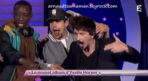 Arnaud Tsamere dans le sketch d'Ahmed Sylla (Le nouvel album d'Yvette Horner)