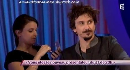 Arnaud Tsamere dans le sketch de Jérémy Ferrari (Vous êtes le nouveau présentateur du JT de 20h)