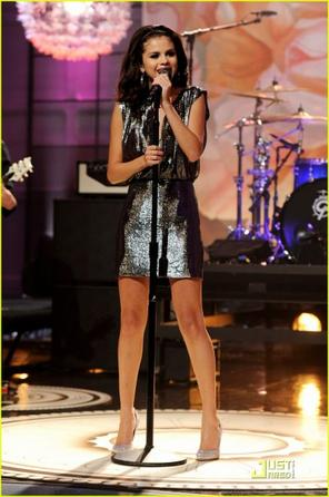 "Selena était au ""Tonight Show"" avec Jay Leno le Lundi 19 Septembre 2011 à Burbank en Californie ; ou elle a également interpréte ""Love You Like A Love Song""."