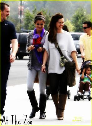 Le même jour (24/09/2011) Selena a fait un tour au Zoo toujours en famille : TOP ? FLOP ?